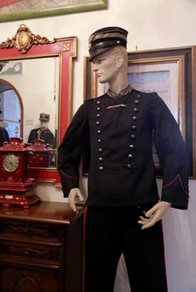 carabiniere con cordellino bianco sulla giacca